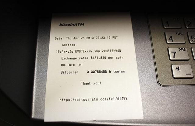 Uit de BitcoinATM betaalautomaat rolt een bonnetje, geen Bitcoin munten